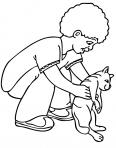 garçon joue avec un chat