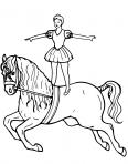 une danseuse debout sur un cheval